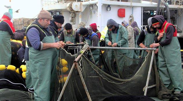 Balıkçıların ağ onarımı mesaisi