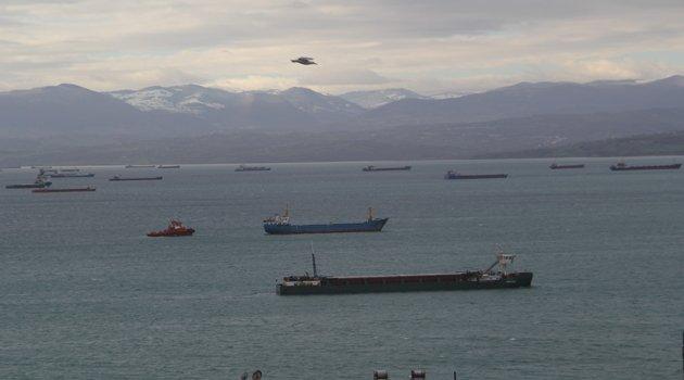 Dev dalgalardan kaçan gemiler Sinop'un doğal limanına sığındı