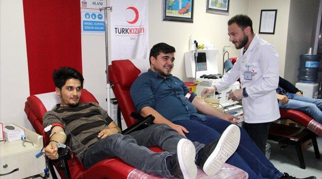 Üniversite öğrencilerinden kan bağışı