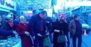 AK Kadınlar İrmik Helvası Dağıttı