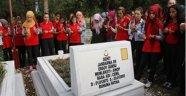 Öğrencilerin şehit mezarını ziyareti