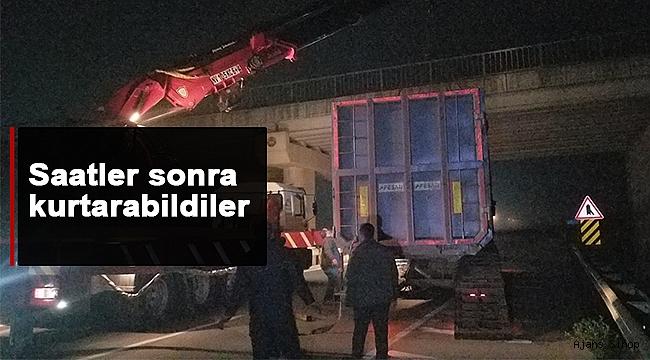 Sinop'ta tır dorsesi üst geçide takıldı!