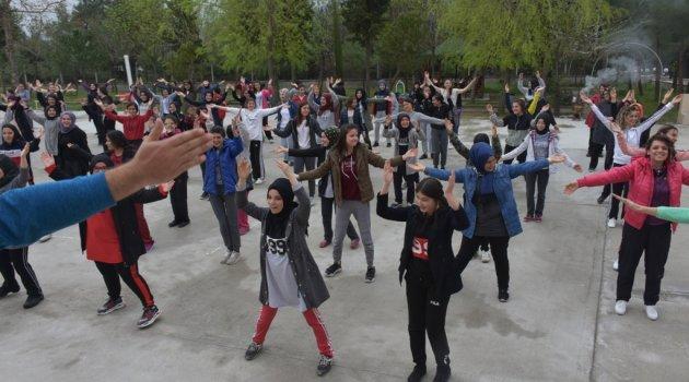 Öğrenciler bağımlılıkla mücadeleye karşı spor yaptı