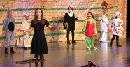 Öğrencilerden tiyatro gösterisi