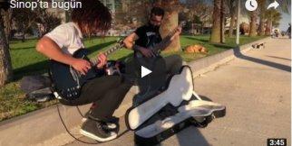 Parkta elektro gitar performansı
